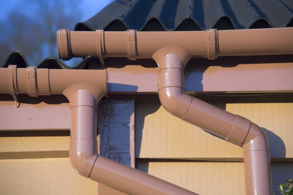 Easy guide to identifying common guttering problems. Includes blockages, leaks, cracks, decay & issues with gutter joints. We provide you with solutions for guttering replacements & repairs. Find out more from expert roofers.